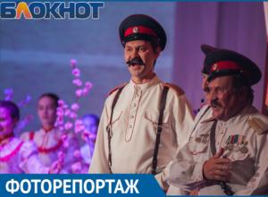 «Учителями славится Россия»: Фоторепортаж с концерта в честь 100-летия ВЛКСМ