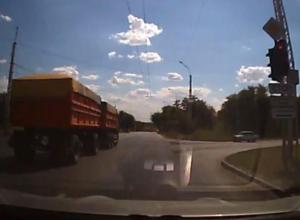 Промчавшийся «на красный» многотонный КамАЗ шокировал автомобилистов Волгодонска