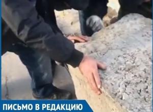 В Волгодонске преграждающий въезд во двор булыжник вновь вернулся на свое место