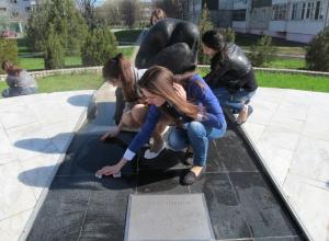 Школьники привели в порядок 25 памятников в Волгодонске