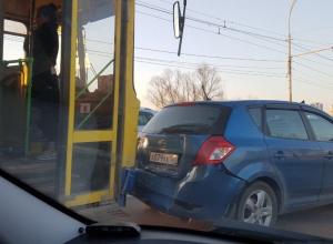Тройное ДТП с автобусом парализовало движение на мосту в Волгодонске