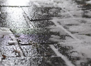Синоптики и спасатели предупредили волгодонцев о мокром снеге и гололеде на дорогах региона