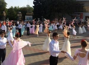 Площадь Победы в Волгодонске закружилась в «Вальсе цветов»