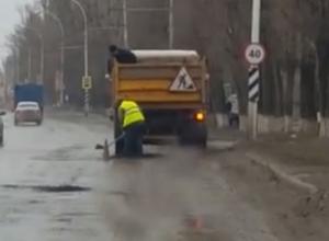 Дождь и гололед не остановили подрядную организацию от выполнения ямочного ремонта в Волгодонске