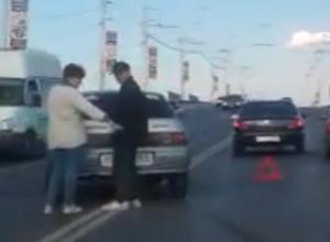 «ВАЗ» вынесло на встречную полосу, после столкновения с иномаркой на путепроводе Волгодонска