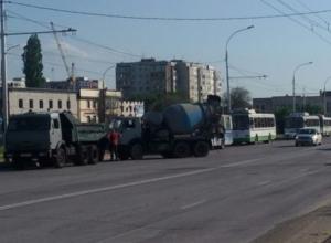 Сломанная бетономешалка почти на полтора часа «парализовала» движение троллейбусов в Волгодонске