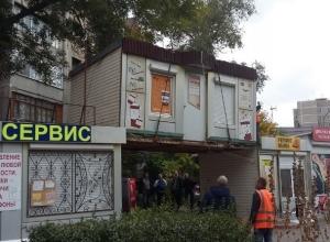 В Волгодонске продолжают избавляться от незаконно установленных нестационарных объектов