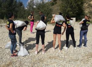 С 25-килораммовыми мешками в руках взобрались на гору в Саркеле участницы проекта «Мамы на Спорте»
