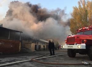 Крупный пожар в Волгодонске охватил несколько магазинов на В-16