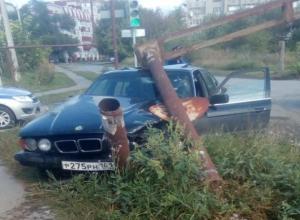 Железный столб рухнул на «БМВ» после мощного столкновения с «Тойотой» в Волгодонске