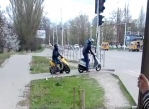 Волгодончанка сняла на видео скутеристов, гоняющих по пешеходным дорожкам