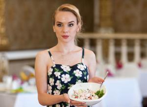 «У меня и так уже одного ногтя нет»: Как участница «Мисс Блокнот» готовила «легкий и сытный» салат