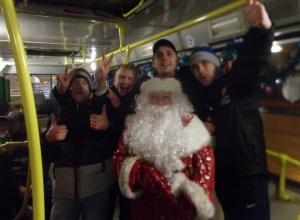 Два Деда Мороза и две Снегурочки раздавали подарки в «новогодних троллейбусах» Волгодонска