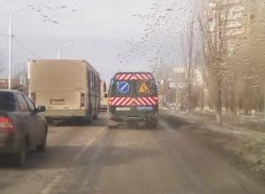 «Лежачий полицейский» устанавливают возле аварийной «зебры» на Степной в Волгодонске
