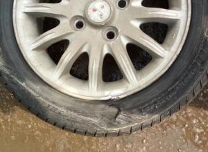 «Пойдем в суд»: Автомобилисты остались без колес, угодив в огромную яму в центре Волгодонска