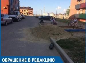 Песочницу для детей посреди проезжей части устроила управляющая компания жителям ЖК «Акварель»