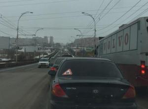 Двойное ДТП иномарок на путепроводе Волгодонска серьёзно затруднило автомобильное движение