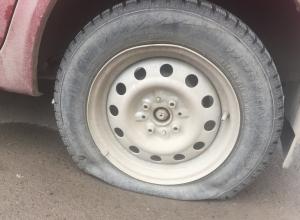 «Это место джипа»: Злобный дедушка портит колеса автомобилистам в Волгодонске
