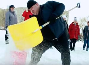 Участники «Сбросить лишнее» показали коммунальщикам, сколько ведер снега можно убрать за 2 минуты
