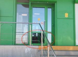 Грабители достали стекло из входной двери «Пятерочки» на В-9 и обнесли магазин