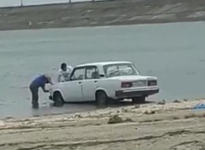 Устроившие «мойку самообслуживания» на городском пляже автомобилисты попали на видео