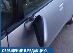 Вандалы вырывают зеркала и ломают дворники автомобилей во дворе дома по проспекту Курчатова
