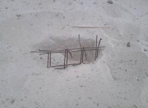 В Волгодонске на игровой площадке дети раскопали металлическую арматуру