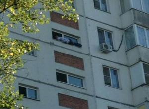 Мужчина оказался на грани жизни и смерти, повиснув на окне подъезда волгодонской многоэтажки