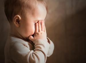 Плачущий и зовущий маму одинокий ребенок посреди улицы шокировал волгодонцев