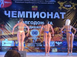 Девушки в купальниках и мускулистые мужчины вышли на главную городскую сцену