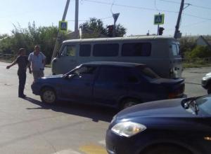 Трубочисты и электрики попали в ДТП на односторонней дороге в Волгодонске