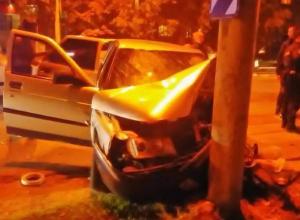 «Десятка» «поцеловала» столб после столкновения с «Волгой» и Peugeot