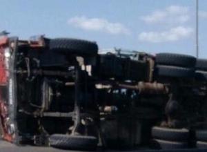 Груженый шпалами КАМАЗ перевернулся на трассе Ростов-Волгодонск