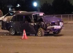 ВАЗ разворотило после столкновения с «Киа» возле вокзала в Волгодонске