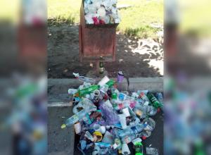 «Я в шоке от увиденного»: Волгодончанка сфотографировала огромную кучу мусора у переполненной урны на городком вокзале