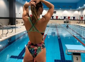 Шикарный вид сзади в спортивном купальнике продемонстрировала Юлия Ефимова