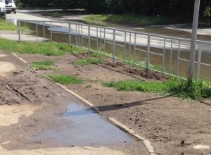 Даже после небольшого дождя тротуар возле школы превращается в грязевое месиво, - волгодончанка