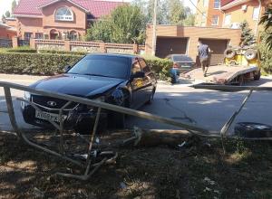 Из-за лопнувшего колеса «Лада Приора» вылетела на обочину и протаранила защитный турникет