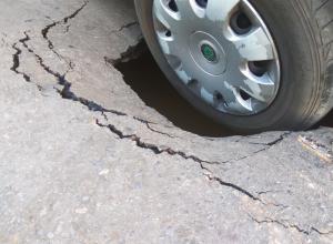 На проспекте Мира в Волгодонске под «Шкодой» провалился асфальт
