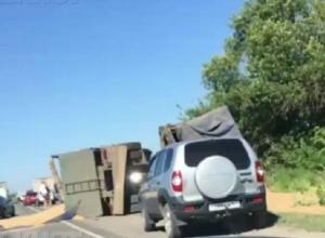 Зерновоз перевернулся на трассе Ростов-Волгодонск