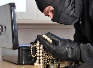 В Волгодонске рецидивист, уходя из ювелирного магазина, прихватил с собой дорогостоящие украшения и планшет