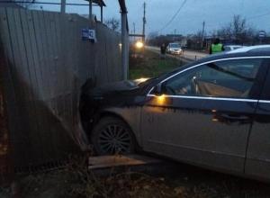 «Зеркальное» ДТП на перекрёстке в Старосолёном с влетевшим автомобилем в забор произошло в Волгодонске