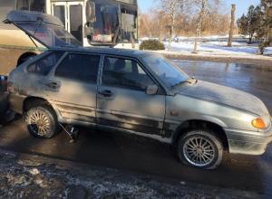 Шесть машин угодили в яму на рельсах и лишились колес при въезде в Волгодонск