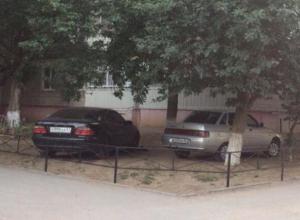 Замуровали демоны: автомобили на газоне дома на проспекте Мира в Волгодонске заблокировали декоративным забором