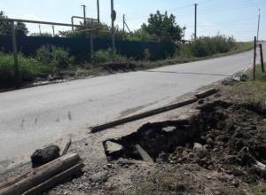 «Боязно за водителей и их авто»: жители Волгодонска обеспокоены обвалом дороги