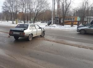 ВАЗ влетел в фуру, которая не уступила ему дорогу на Жуковском шоссе