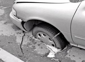 «Влетели»: Автовладелец требует 450 000 рублей от администрации Волгодонска за ущерб из-за дорожной ямы