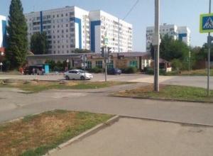 Тротуары, которых нет: пешеходам приходится переходить дорогу через кусты