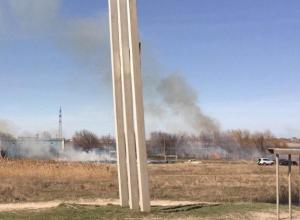 Огонь охватил место стоянки машин рыбаков на заливе в Волгодонске