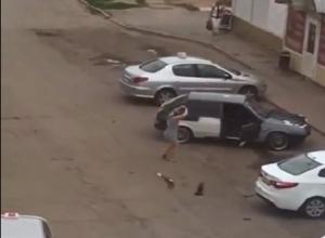 Дикие танцы молодежи под громкую музыку возле «прокаченных» машин  на «десятке» сводят с ума волгодонцев